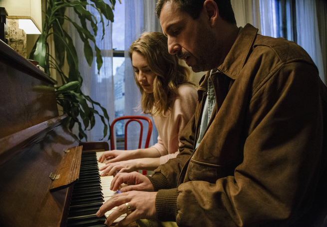 TMS-00292.DNG (Left to right) Grace Van Patten and Adam Sandler in Director Noah Baumbach's THE MEYEROWITZ STORIES (NEW AND SELECTED) to be released by Netflix.