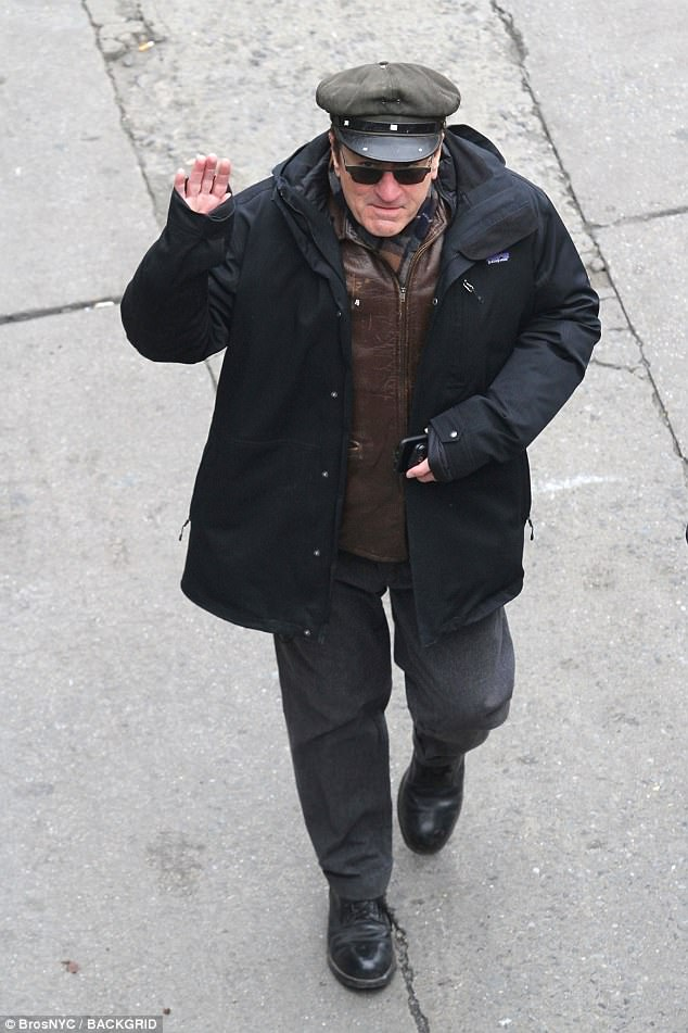 48EFB52C00000578-5359667-Layering_up_De_Niro_wore_a_cap_and_put_on_a_padded_jacket_over_h-a-11_1517955158217