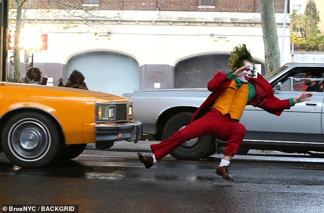 6363860-6404651-Joker_struck_Phoenix_s_stunt_double_took_over_for_a_dangerous_sc-a-126_1542606026672