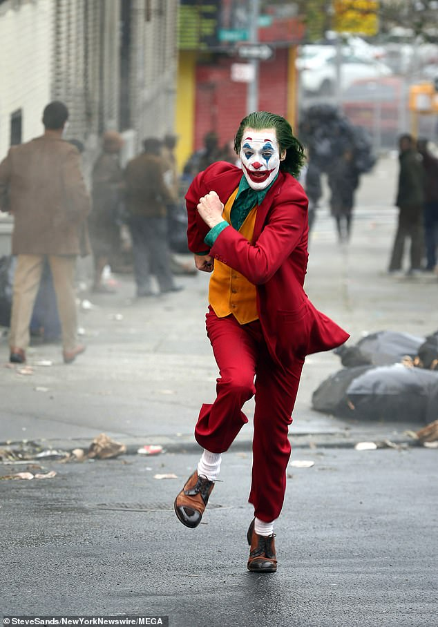 6363870-6404651-Joker_on_the_run_Joaquin_Phoenix_runs_from_the_cops_in_new_photo-a-127_1542606026673