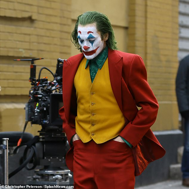 6363882-6404651-Joker_reflecting_Phoenix_leads_a_cast_that_also_include_Robert_D-a-96_1542604772051