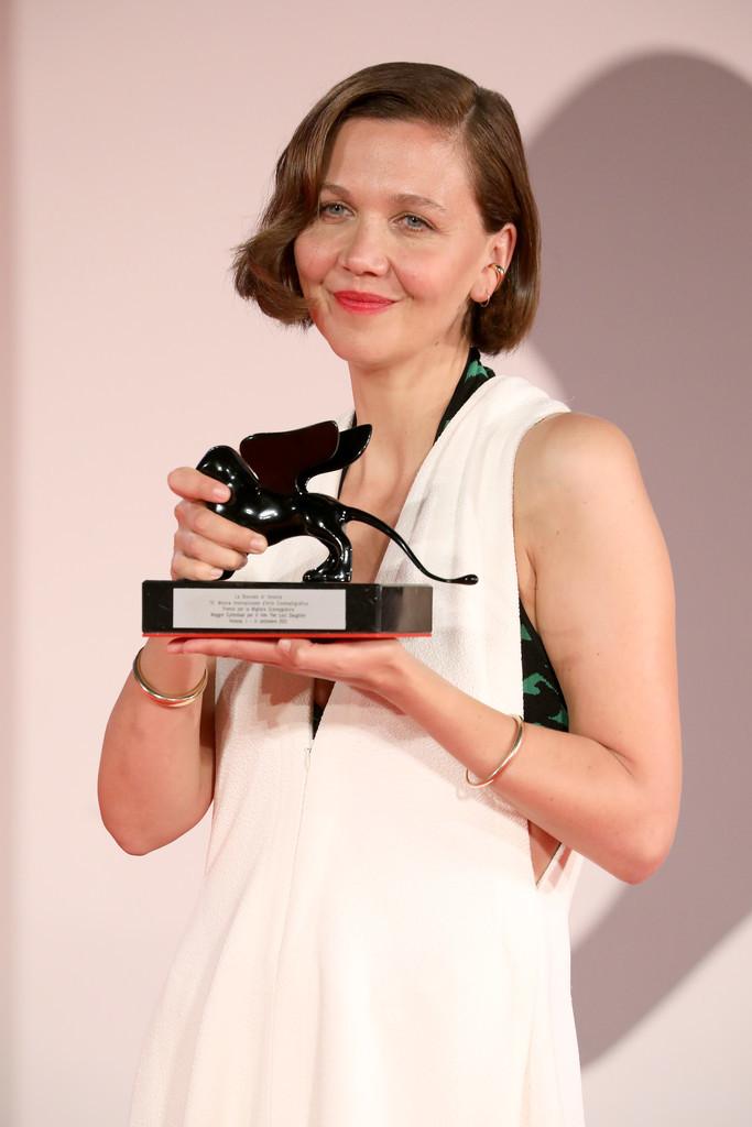 Maggie+Gyllenhaal+Award+Winners+Photocall+3VXIecqwUjCx